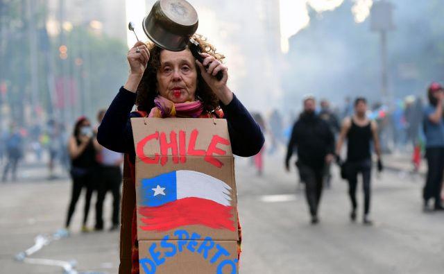 Protestniki vztrajajo na ulicah Čila. Zahtevajo odstop predsednika Piñere. FOTO: Martin Bernetti/AFP