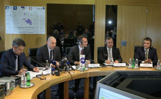 László Pelle (na desni) odhaja iz uprave NLB, ki jo vodi Blaž Brodnjak (drugi z leve), nadzorni svet pa vodi Primož Karpe (na levi). Foto Jož�e Suhadolnik