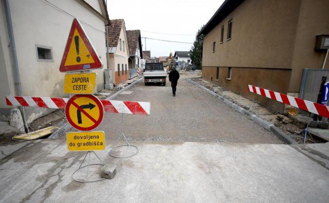 """V Savljah se gradi kanalizacijsko omrežje v okviru projekta """"Čisto zate"""", dela pa izvajajo delavci Komunalne gradnje Grosuplje. FOTO: Roman Šipić"""
