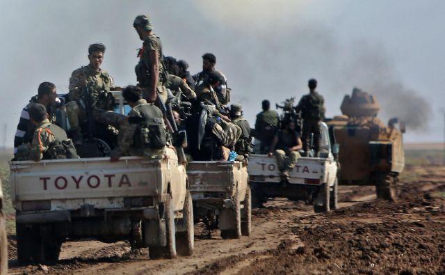Tuje tiskovne agencije poročajo o spopadih med sirskimi silami in pripadniki proturških sil v bližini mesta Ras al Ain ob sirsko-turški meji. FOTO: Nazeer Al-khatib/AFP