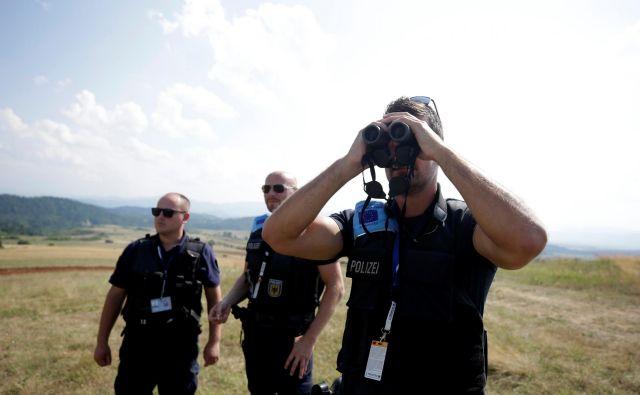 Frontex je doslej za nadzor meja »najemal« pripadnike policije držav EU, zdaj pa oblikuje svoje enote in je zanje že objavil razpis. Foto Reuters