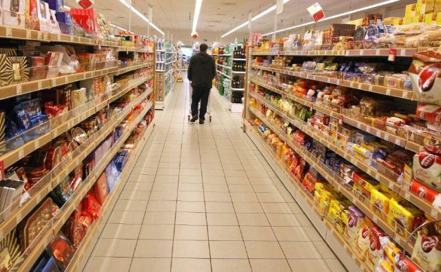 V zadnjem letu dni so se drobnoprodajne cene hrane in brezalkoholnih pijač zvišale za poldrugi odstotek. Foto Igor Zaplatil