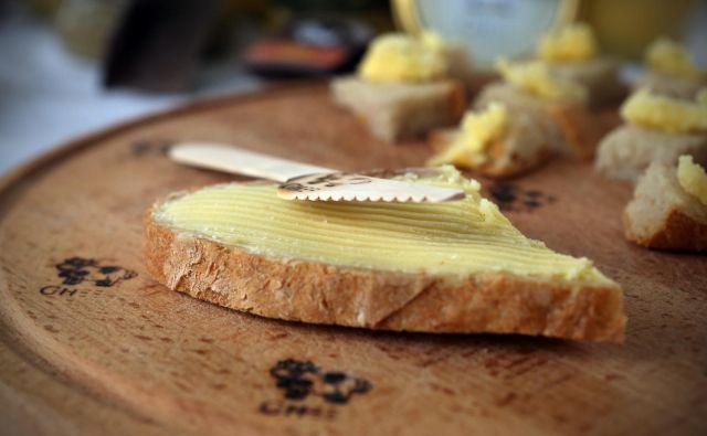 Reformacija je zaznamovala tudi svobodnejša razumevanje uživanja maščob: maslo je začelo pridobivati na pomenu in ceni ter za sabo pustilo olje in najbolj mastne maščobe. FOTO: Uroš Hočevar/delo