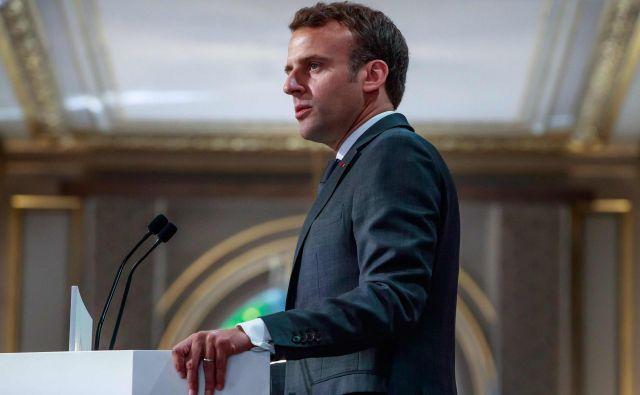 Macron je predvolilno izdal knjigo <em>Revolucija</em> in v njej napovedal, kako bo reformiral Francijo. FOTO: Christophe Petit Tesson/AFP
