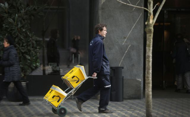 Od sklenitve dogovora je Pošta Slovenije število zaposlenih v poštnem prometu od načrtovanih 312 do danes povečala za 231. Foto Leon Vidic/Delo