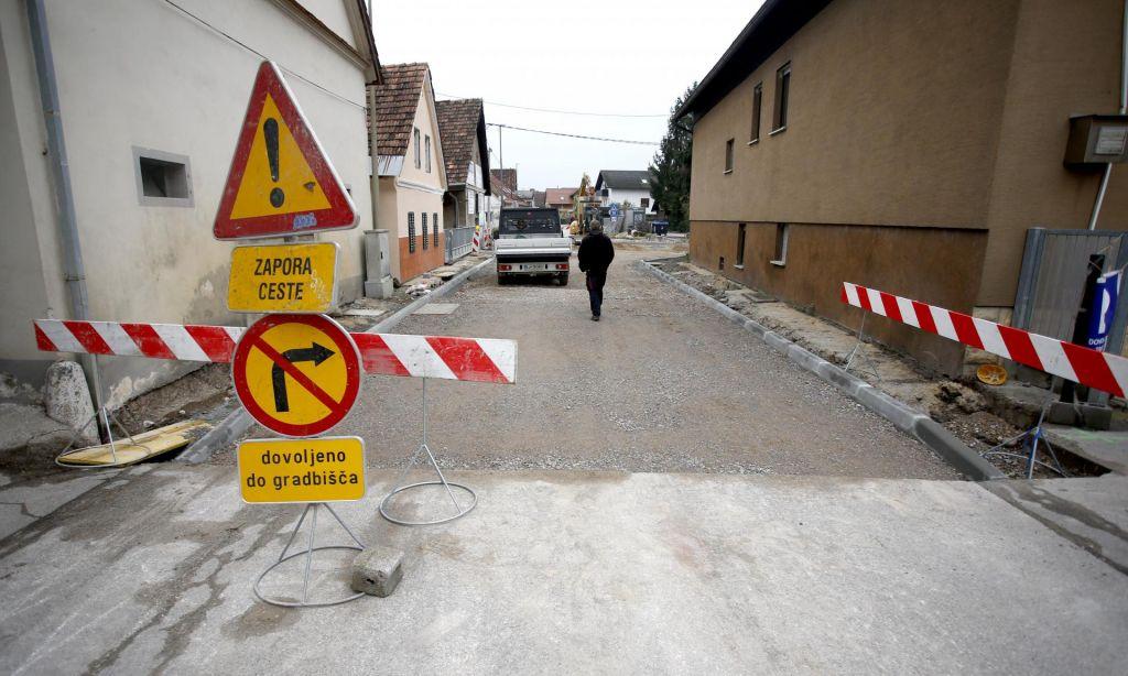 Zapora ceste v Savljah voznike spravlja v obup
