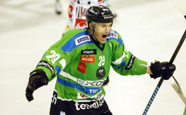 SŽ Olimpija je v Tivoliju v alpski ligi dosegla že šesto zaporedno zmago. Anže Ropret je pri zmagi proti Fassi zabil dva gola. FOTO: Uroš Hočevar/Delo