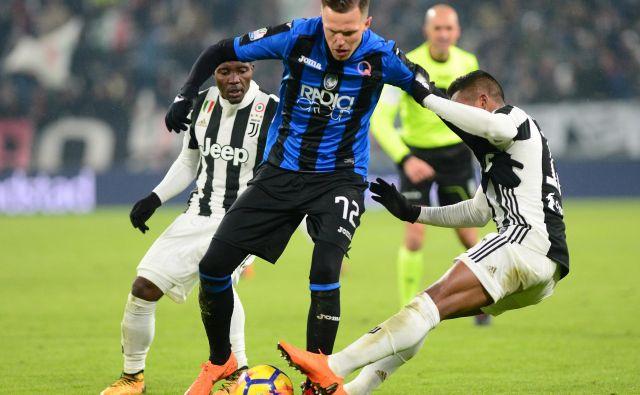 Josip Iličić je končal tekmo Atalante in Cagliarija že v prvem polčasu, potem ko si je prislužil rdeči karton. FOTO: Reuters