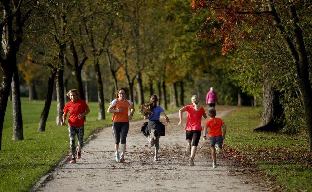Ne glede na to, s katerim športom se ukvarjate in kakšni so vaši športni cilji, je tek v jeseni odličen trening za vsak šport. Foto Roman Šipić