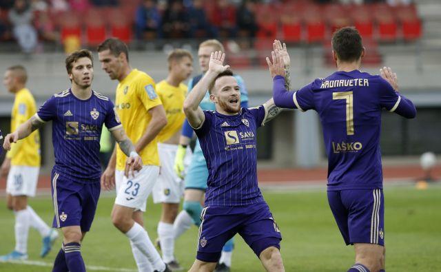 Mariborčani so bili vse prej kot šampionski, a v Sp. Šiški so le prišli do načrtovane zmage. Dino Hotić (v sredini) in Rok Kronaveter sta izpeljala akcijo za edini gol na tekmi. FOTO: Bla�ž Samec/Delo
