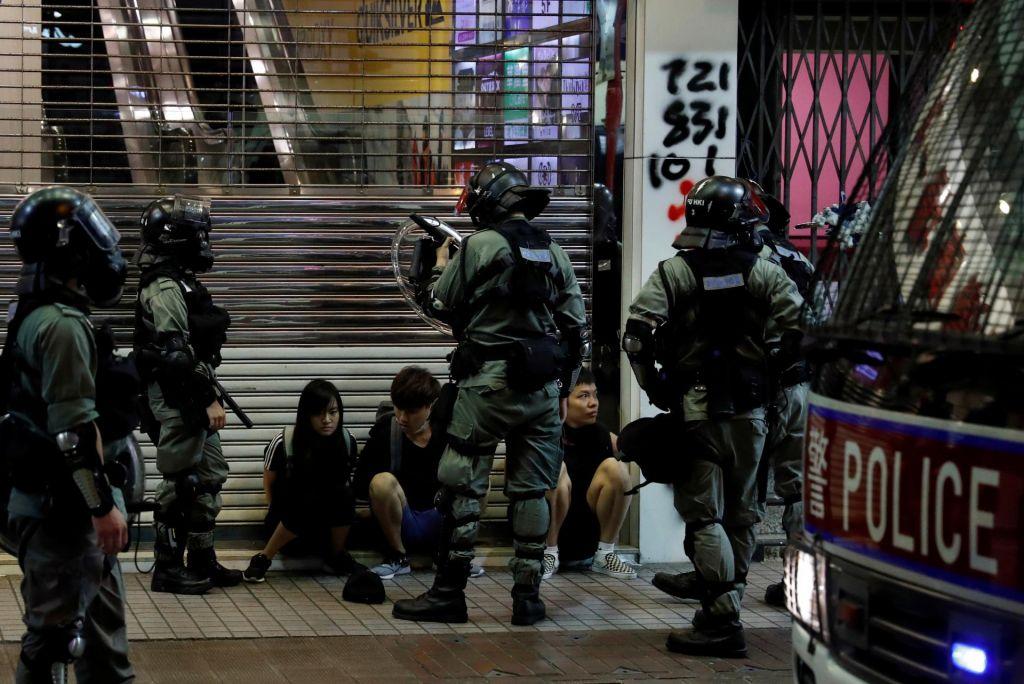 FOTO:Policija s solzivcem in vodnimi topovi nad protestnike