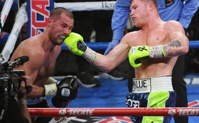 Saul Alvarez (desno) je v enajsti rundi dokončno zlomil odpor Sergeja Kovaljova. FOTO: AFP