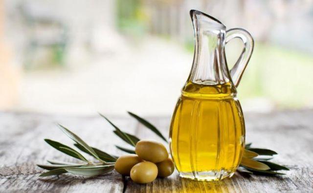 Tudi pravo deviško oljčno olje izgubi pozitivne lastnosti po dveh letih od žetve. Foto Shutterstock