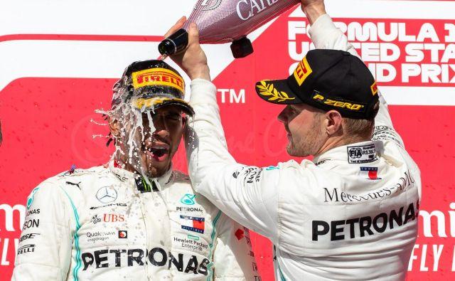 Lewis Hamilton (levo) se odlično razume z moštvenim kolegom Valtterijem Bottasom, za katerega pravi, da je letos naredil velik korak naprej. FOTO: AFP