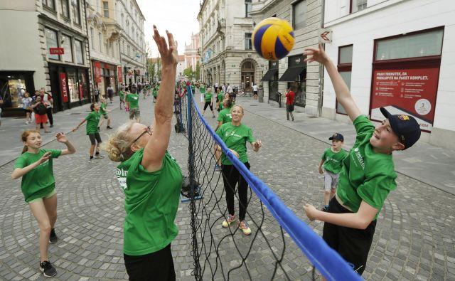 Med otroki in mladimi je odbojka ta hip najbolj priljubljen ekipni šport. FOTO: Leon Vidic/Delo