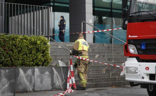 Policisti nadaljujejo z zbiranjem obvestil o dogodku.FOTO: Leon Vidic/Delo