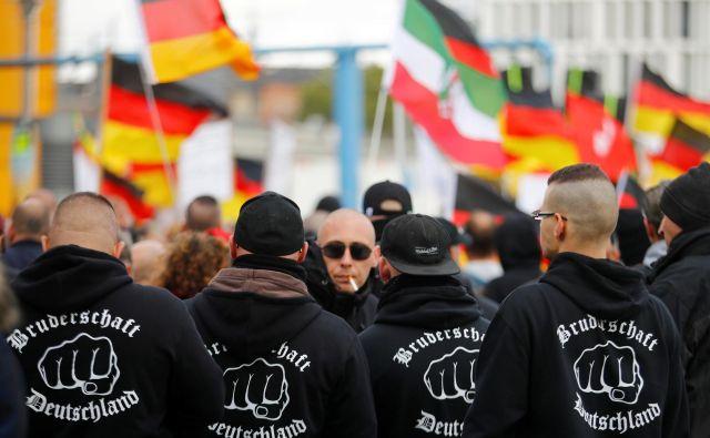 Člani skrajnodesničarskih skupin so čedalje bolj vidni na nemških ulicah. Na fotografiji so pripadniki neonacistične skupine Bratstvo Nemčije med nedavnim shodom v Berlinu. FOTO: Reuters