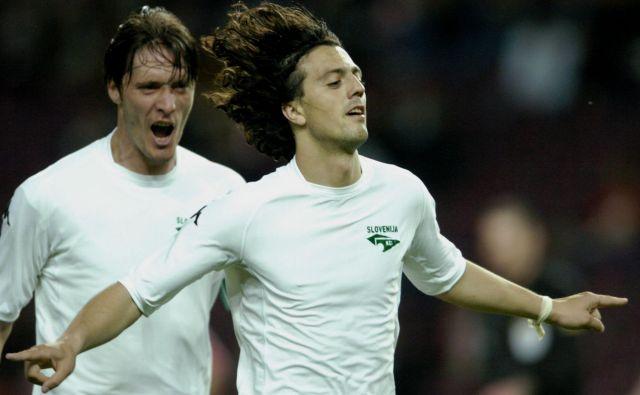 Zlatko Zahović (v ospredju) in Miran Pavlin med svojo zadnjo tekmo v majici Slovenije, ki je 28. aprila 2004 izgubila v Švici z 1:2. Strelec slovenskega gola Zahović je bil star 33 let, Pavlin eno manj. FOTO: Reuters