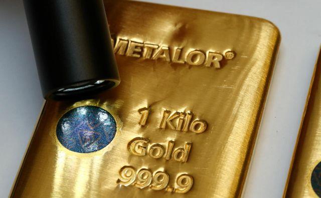 V času nizkih oziroma negativnih obrestnih mer je zlato privlačna naložba. FOTO: Reuters