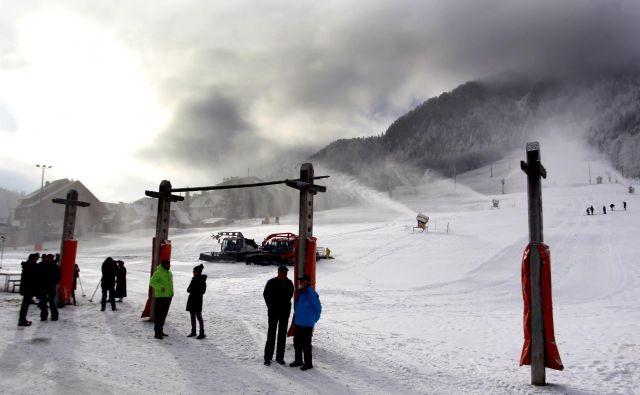 Na slovenskih smučiščih bi bolj malo smučali, če ne bi bilo zasneževanja. Tako so snežni topovi delali v zadnjih dneh novembra lani v Kranjski Gori. FOTO: Roman Šipić