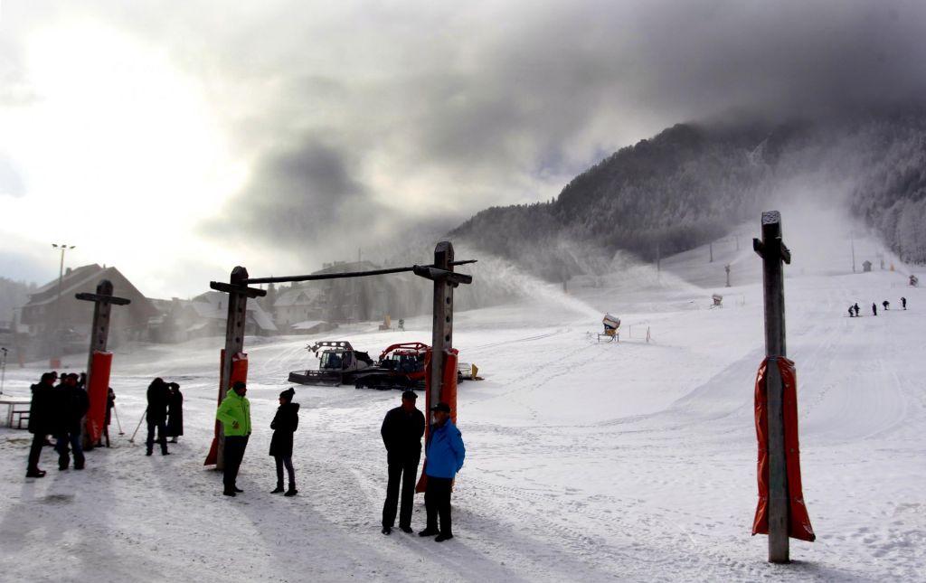 FOTO:Brnenje snežnih topov v zeleni Sloveniji