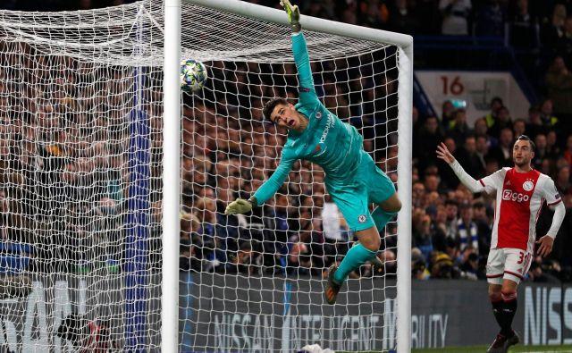 Nogometaši Ajaxa so v 35. minuti vodili že s 3:1, potem ko se je po prostem streluHakima Ziyechažoga od obraza vratarja Kepe Arrizabalage nesrečno odbila čez golovo črto. FOTO: AFP