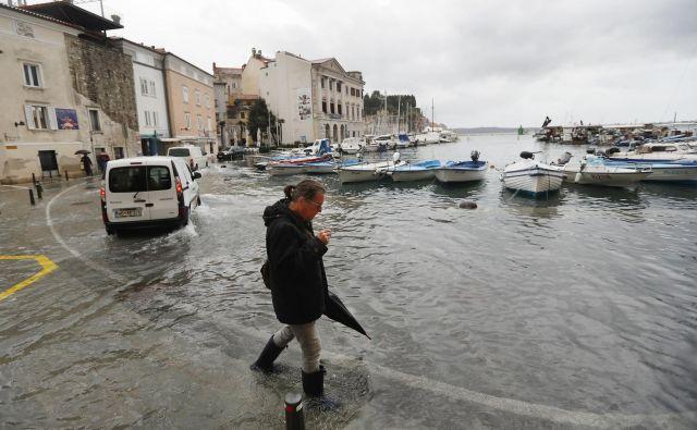 V Piranu je vidno povečano plimovanje poplavilo Tartinijev trg in objekte. Foto Leon Vidic