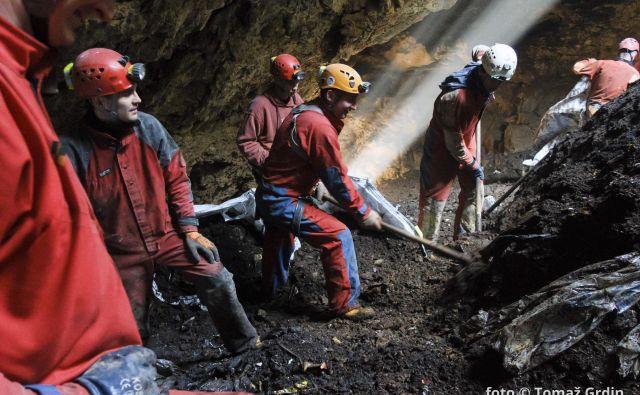 Jamarji so s prostovoljnim delom očistili že marsikatero kraško jamo. FOTO: Tomaž Grdin