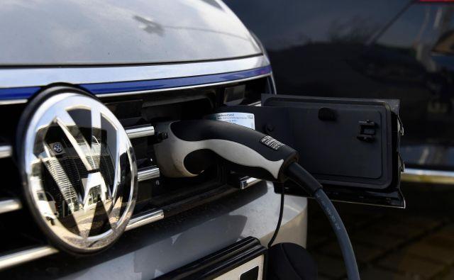 Nemška avtomobilska industrija se počasi usmerja tudi v proizvodnjo električnih avtomobilov. FOTO: Tobias Schwarz/AFP