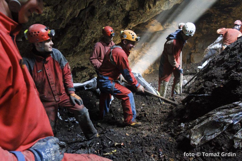 Skoraj petina slovenskih kraških jam je onesnaženih