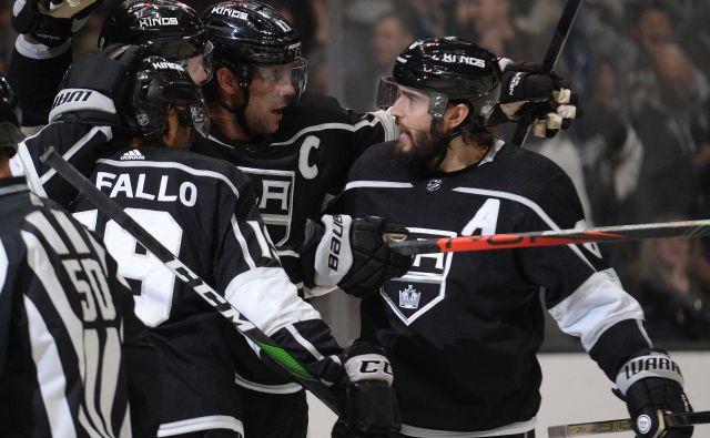 Slovenski hokejski zvezdnik Anže Kopitar (na sredini) je dosegel novo točko v NHL, potem ko je podal za zadetek Alexa Iafalla (levo). FOTO: Usa Today Sports