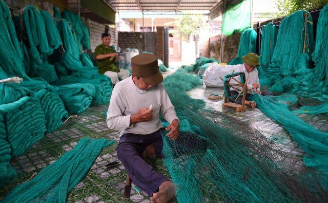 Vse več ribiških mrež in vrvi proizvajajo iz plastike. FOTO: Nhac Nguyen/AFP