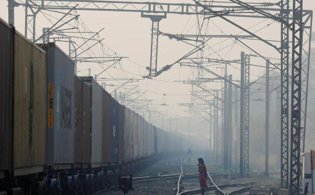 Nivo onesnaženosti je bil najvišji v nedeljo, razmere pa se v prestolnici izboljšujejo predvsem zaradi močnejših vetrov. FOTO: Anushree Fadnavis/Reuters