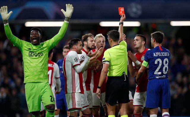 Nogometaši Ajaxa so se takole odzvali na resda zasluženo izključitev Joela Veltmana. Sodnik Gianluca Rocchi je najmočneje razjezil vratarja Onano (levo). FOTO: AFP