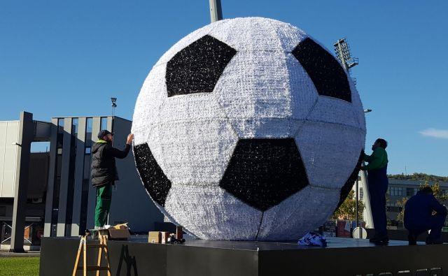 Nogometna žoga, ki je lani stala sredi krožišča pred koprskim stadionom, bo letos krasila Dekane. FOTO: Boris Šuligoj/Delo
