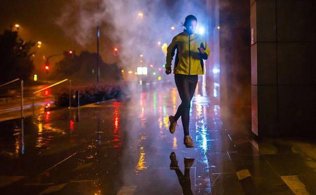 Pomembno: ne le tekači, ampak tudi vozniki ali kolesarji v temi slabše vidijo - in verjetno ne pričakujejo osamljenega tekaškega bojevnika ob šestih zjutraj.<br /> Foto: V.M.