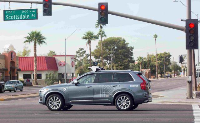 Pred nesrečo je Uber svoja avtonomna vozila lahko testiral na javnih cestah v Arizoni, po nesreči nič več. FOTO: Natalie Behring/Reuters