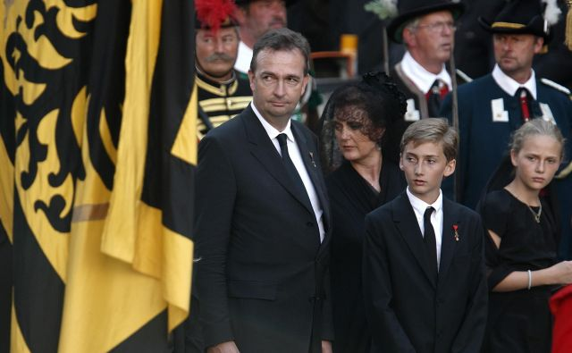 Karl von Habsburg na svoji spletni strani za zdaj vztraja s plemiškim »von«. FOTO: Reuters