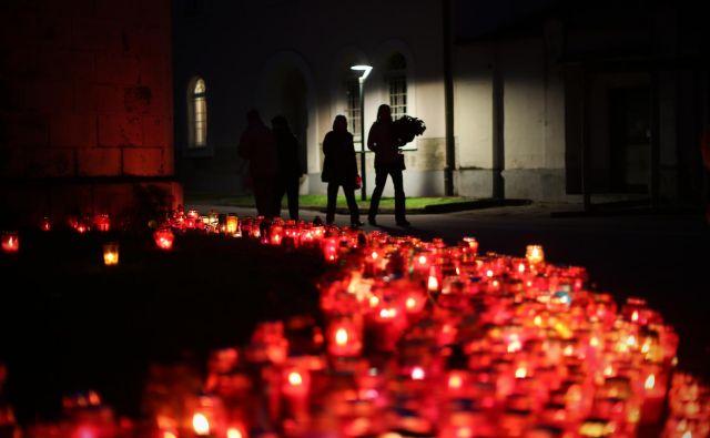 Če povemo po resnici, je obisk pokopališča težko pojasniti objektivno in racionalno. FOTO: Jure Eržen/Delo