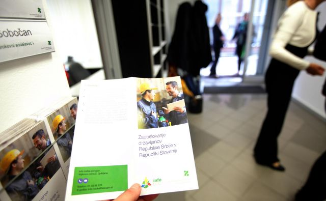 Letos je bilo tujcem izdanih 35.990 dovoljenj za delo in soglasij zanje. Eden od namenov info točk je tudi preprečevanje izkoriščanja delavcev migrantov. Foto Mavric Pivk