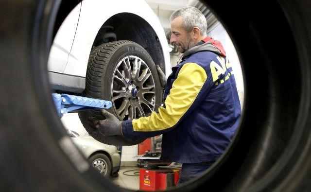 Čez slab teden bodo začele veljati zahteve glede zimske opreme na avtomobilih. Foto Aleš Černivec/Delo