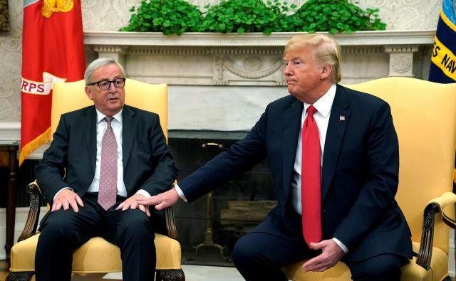 Ameriški predsednik Donald Trump s predsednikom Evropske komisije Jean-Claudeom Junckerjem v Beli hiši. Ko se prepirata EU in ZDA, Kitajska dobiček ima. FOTO: Kevin Lamarque/ Reuters