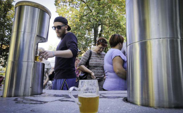 Od odprtja fontane v septembru 2016 do danes so v Žalcu prodali več kot 189.500 vrčkov in stočili več kot 111.000 litrov piva. FOTO: Jože Suhadolnik/Delo