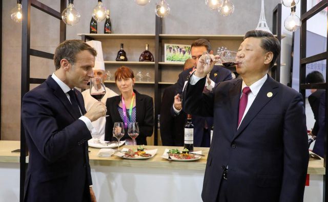 Francoski predsednik Emmanuel Macron in kitajski predsednik Xi Jinpingu med pokušanjem vina v francoskem pavilijonu na Mednarodnem uvoznem sejmu v Šanghaju. FOTO: AFP