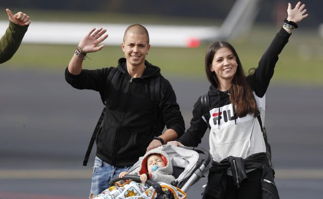 Takole je Krisova družina pomahala na Brniku ob odhodu v ZDA. FOTO: Leon Vidic/Delo