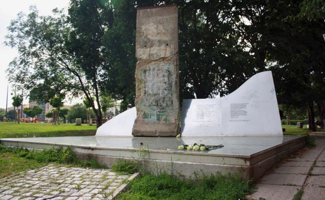 Večina prebivalcev bolgarskega glavnega mesta sploh ne ve, da ga ima, čeprav seveda Bolgarom ni treba dosti razlagati o železni zavesi.<br /> Foto iz knjige Where in the World is the Berlin Wall