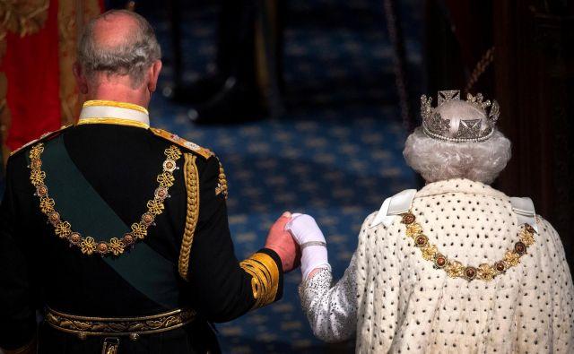 Britanska kraljica Elizabeta II. bo še vedno nosila krzno, ki ga ima, z njim pa so najpogosteje okrašena predvsem ceremonialna oblačila. Ogrinjalo iz hermelinovega krzna je že stoletja simbol kraljev in visokega statusa.<br /> FOTO: Reuters