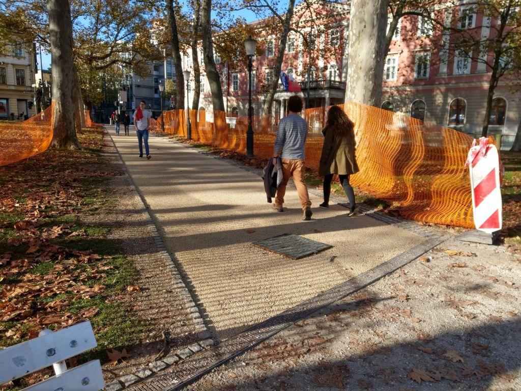 FOTO:Ledene skulpture in utrjene poti na Kongresnem trgu