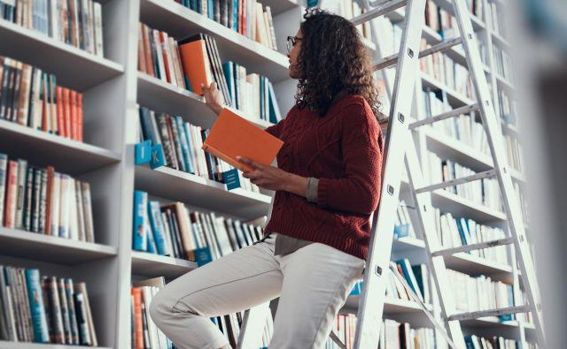 Ureditev knjig po abecednem vrstnem redu je najpogostejši in najbolj praktičen način.
