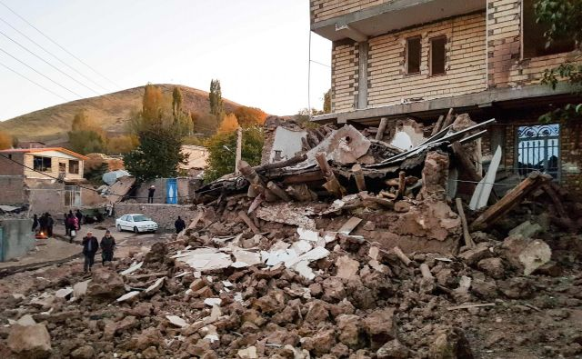 Župan <strong>Mohammad Reza Pourmohammadi</strong> je potrdil, da je porušenih vsaj 30 hiš, poškodovanih pa je najmanj 400 hiš. FOTO: Mohammad Zeinali/AFP